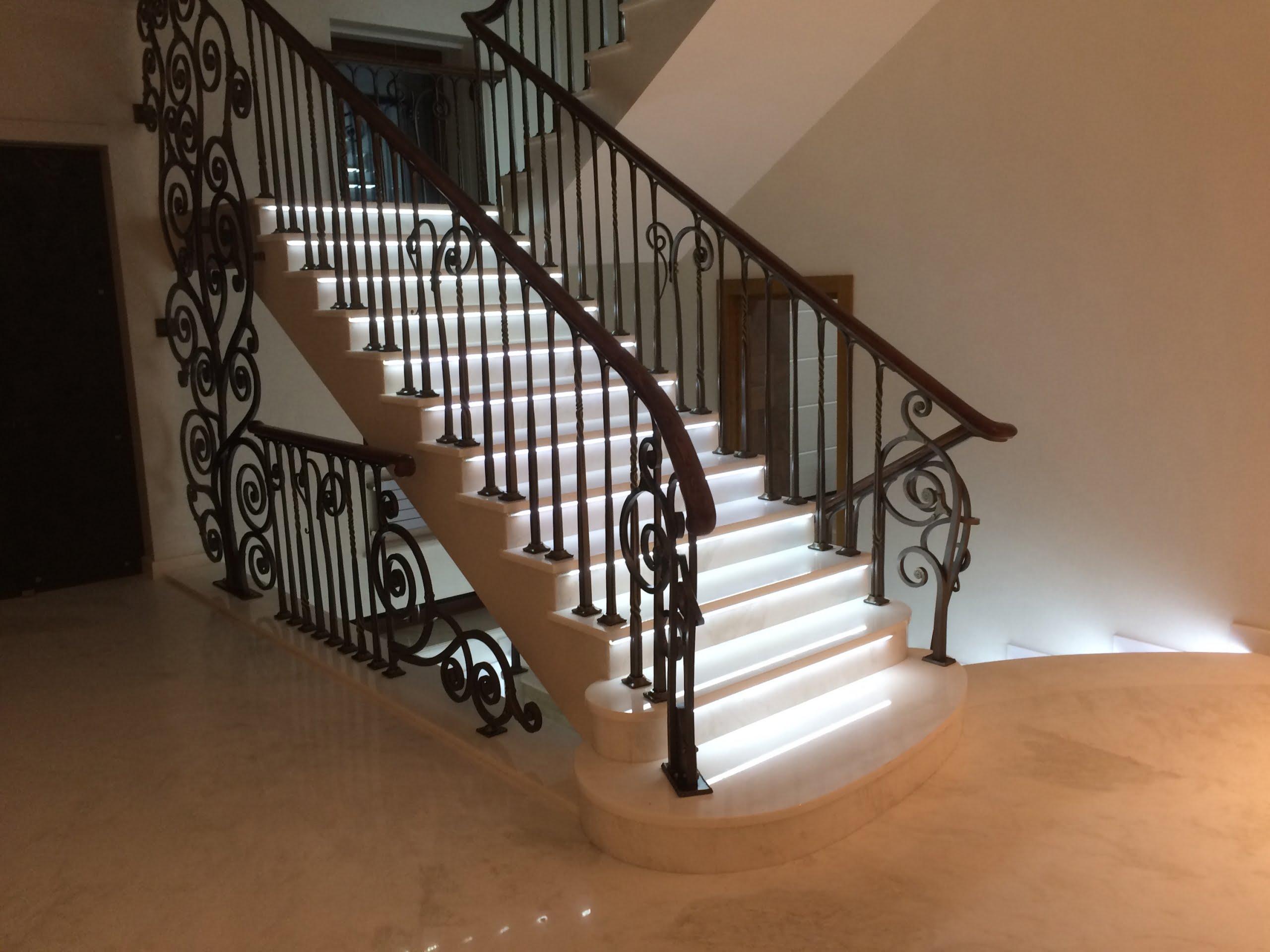 Escadaria em mármore com luz LED